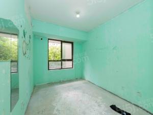 毛坯四室复式带院子,实用空间大,方便看房,随意装修